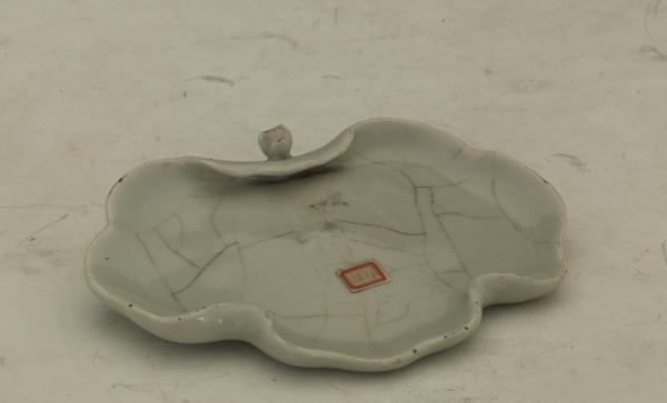 清乾隆仿官窑开片纹荷叶式笔掭 天津博物馆藏