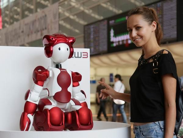 东京羽田机场去年9月开始试行用于指路和接待的机器人。