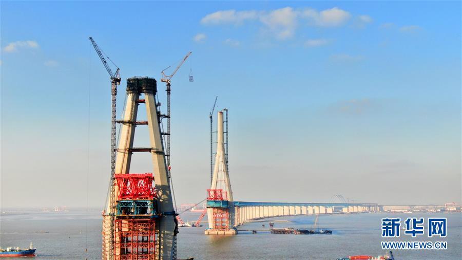 12月28日,由中铁大桥局承建的沪通长江大桥29号南主塔成功相符龙(无人机拍摄)。新华社发(许丛军)