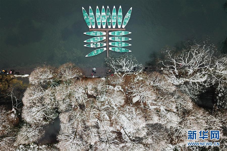 12月31日,手划船整齐停靠在西湖景区杨公堤附近水域(无人机拍摄)。自12月30日首,浙江省大片面地区展现降雪,杭州市西湖景区银装素裹,表现稀奇的韵味,多多市民和游客纷纷来到湖边赏景。新华社记者 黄宗治