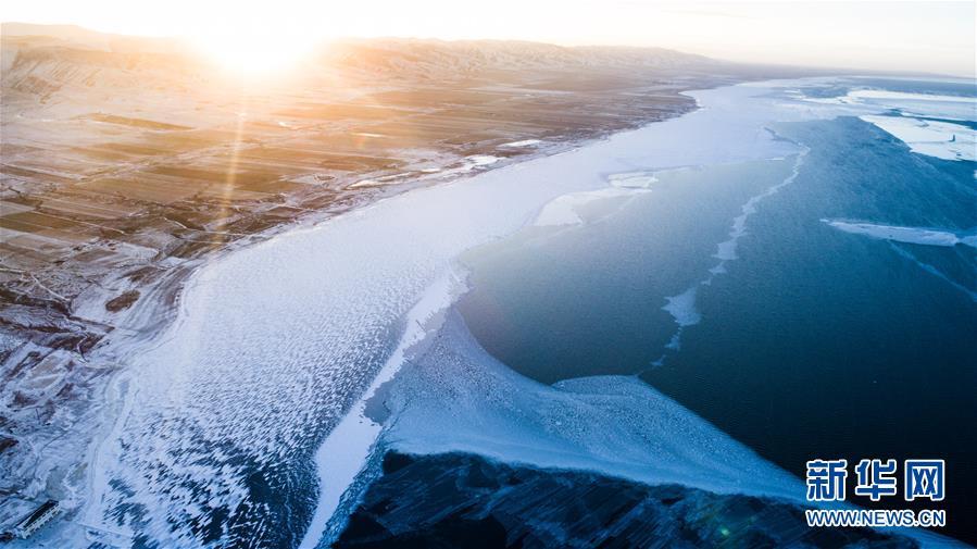 这是12月30日拍摄的青海湖(无人机拍摄)。
