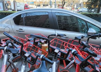 昨日,长椿街地铁站附近,共享单车挡住计时装配,导致无法平常计时收费。