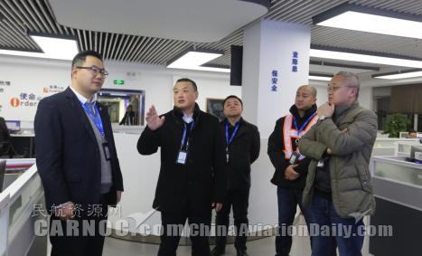 图:华夏航空总裁吴龙江一走在AOC走访慰问