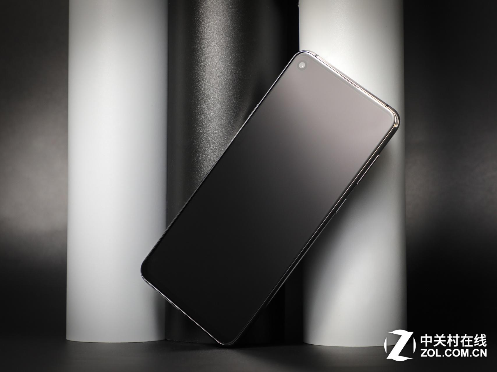 在全球众多手机品牌当中,三星最大的优势源自于它的不断创新,尤其在屏幕方面的创新可以说不断给消费者带来惊喜,从一开始的大屏突围、到曲面出世,再到全视曲面屏,再到今天的Infinity-O打孔屏,三星一直在引领整个行业的发展潮流。三星会止步于此吗?当然不会,未来,三星更计划在2019年初的MWC世界移动大会上发布折叠屏手机,当它打开时,是一款提供大屏幕体验的平板电脑;折叠后就是一款智能手机,可以被放进口袋,三星移动产品营销高级副总裁Justin Denison介绍道。更多来自未来黑科技正在袭来,让我们拭