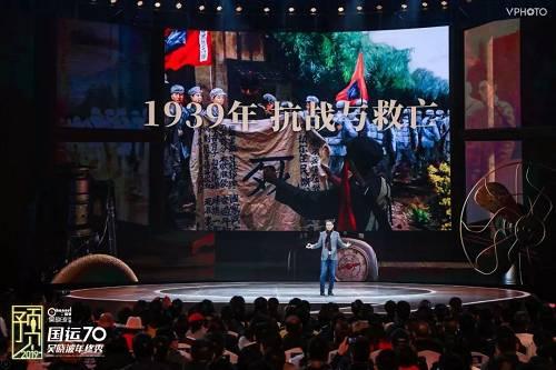 行家看到边上有一张照片,在淞沪战场上,一个不到20岁的士兵,身上绑着手榴弹,左右是他的教官。他要往炸日本的一辆坦克,这能够就是1939年的青年必要干的事情。