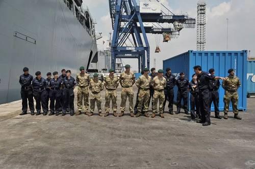 """原料图片:当地时间2018年4月22日,印尼雅添达,英国皇家海军军舰""""海神之子""""号抵达丹戎不碌港口。(视觉中国)"""