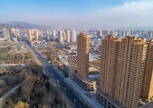 郑州搞了个北龙湖金融中心,房价要卖到10w ,纯属玩笑.