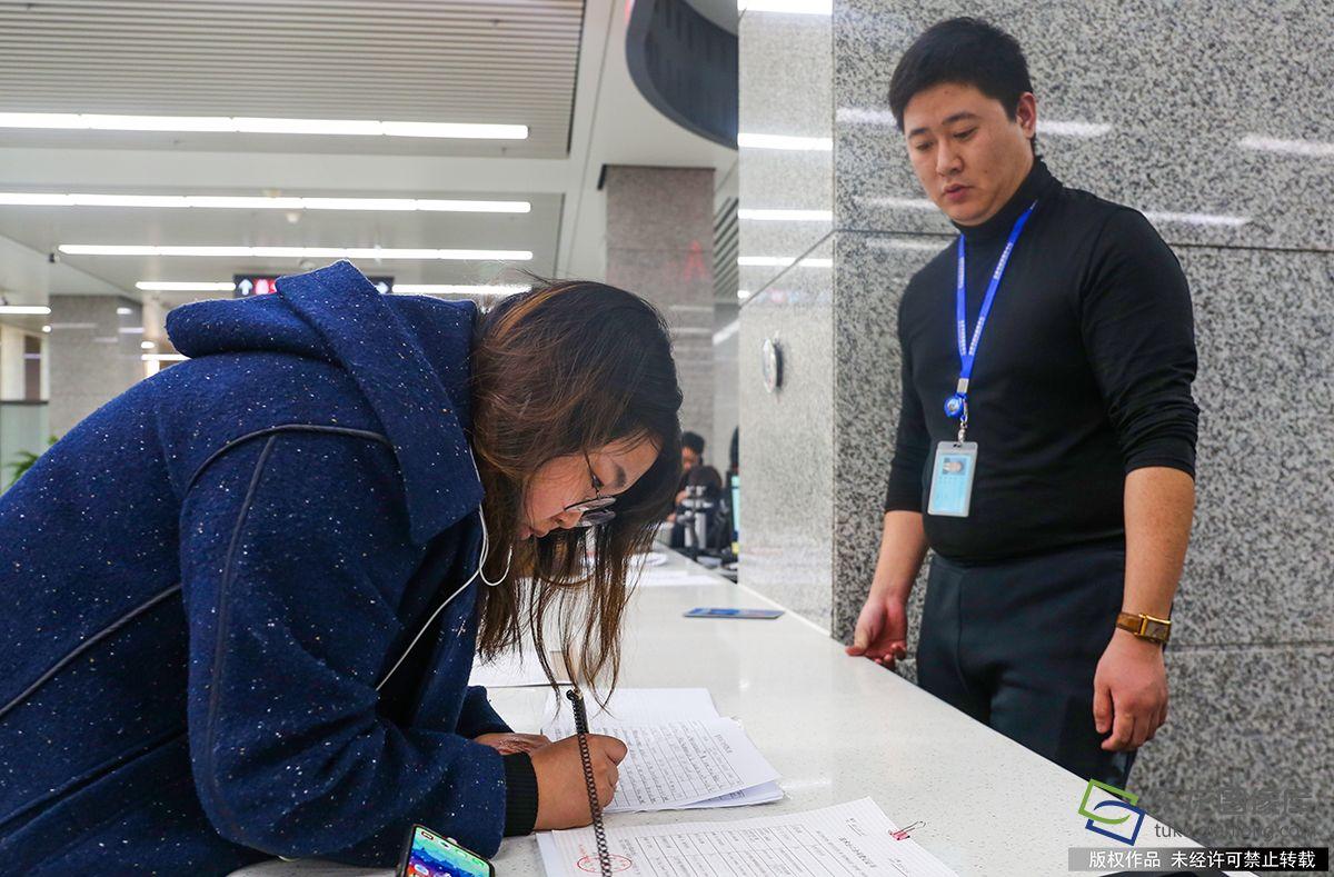 1月2日,北京市政务服务中间开通综相符窗口。图为张女士(左)在综相符窗口做事(图片来源:tuku.qianlong.com)。千龙网记者 耿子叶摄