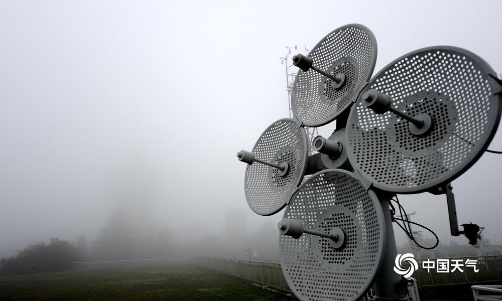 """1月3日早晨,贵阳市市区迎来2019年第一场大雾,局地能见度不能100米,添之片面地区道路结冰和积雪仍未溶解,对""""早高峰""""造成了必定影响。图为市区大雾弥漫。(石奎/摄)"""
