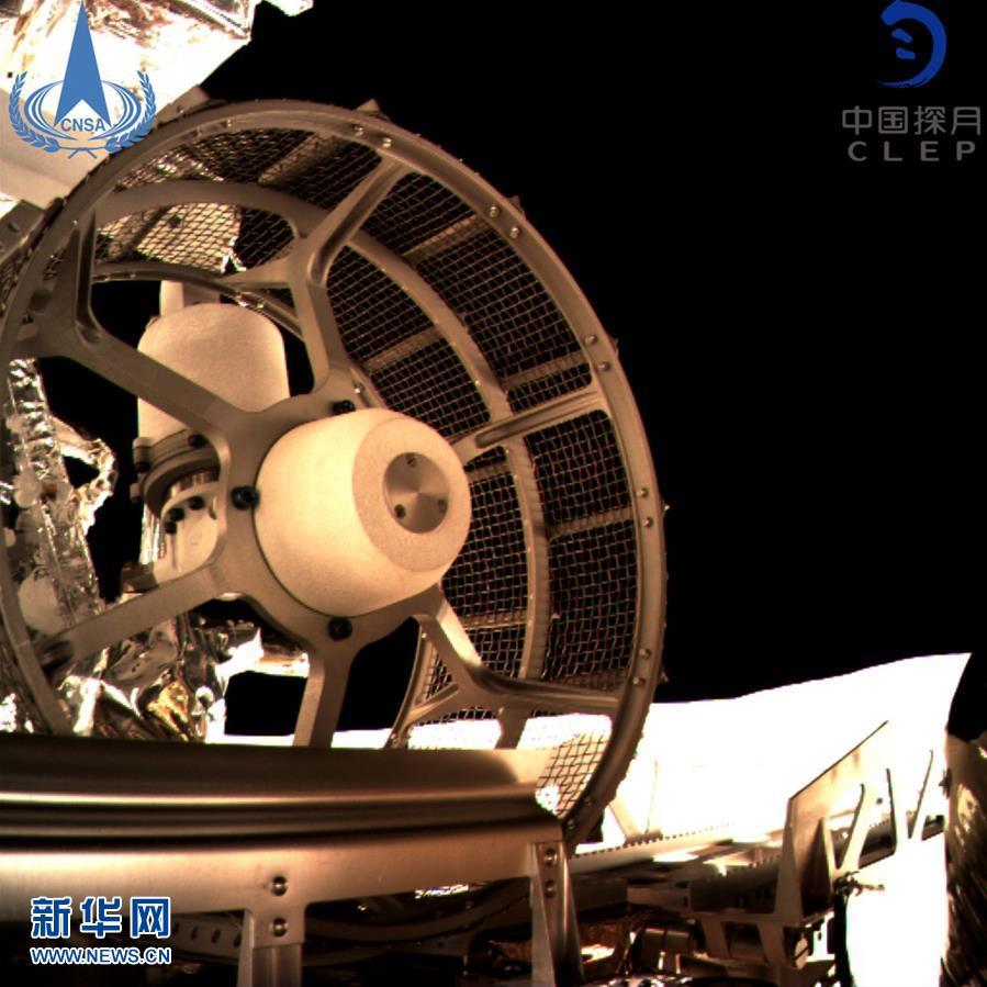 图为嫦娥四号巡视器车轮。新华社发(国家航天局 供图)