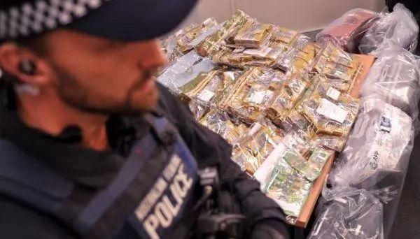 澳洲警方逮捕两名中国人,850万澳币财产被封,为国内投资诈骗赃款