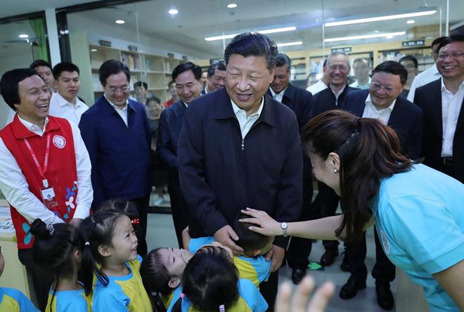 2018年10月24日,习近平在深圳龙华区民治街道北站社区儿童之家同孩子们打招呼。 新华社记者 鞠鹏 摄