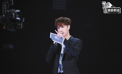 张艺兴在《青春有你》担任制作人,有很多观众在弹幕中都直言,为了他才要看节目。
