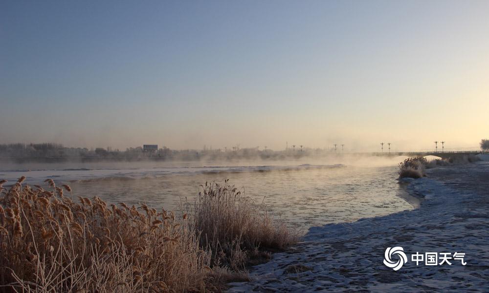 1月31日朝晨,甘肃高台县城最低气温降至-20.2℃,受此影响,高台县黑河湿地新区泛起雾凇景观。河面上云蒸霞蔚,河畔玉树琼花,置身其间,彷佛走进不染纤尘的童话全国。(图高博 文杨丽�)
