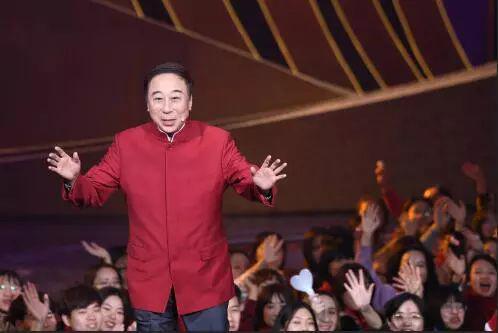 """而今年的春晚,冯巩""""把机会让给了年轻人"""",他自己与家人团聚过除夕。"""