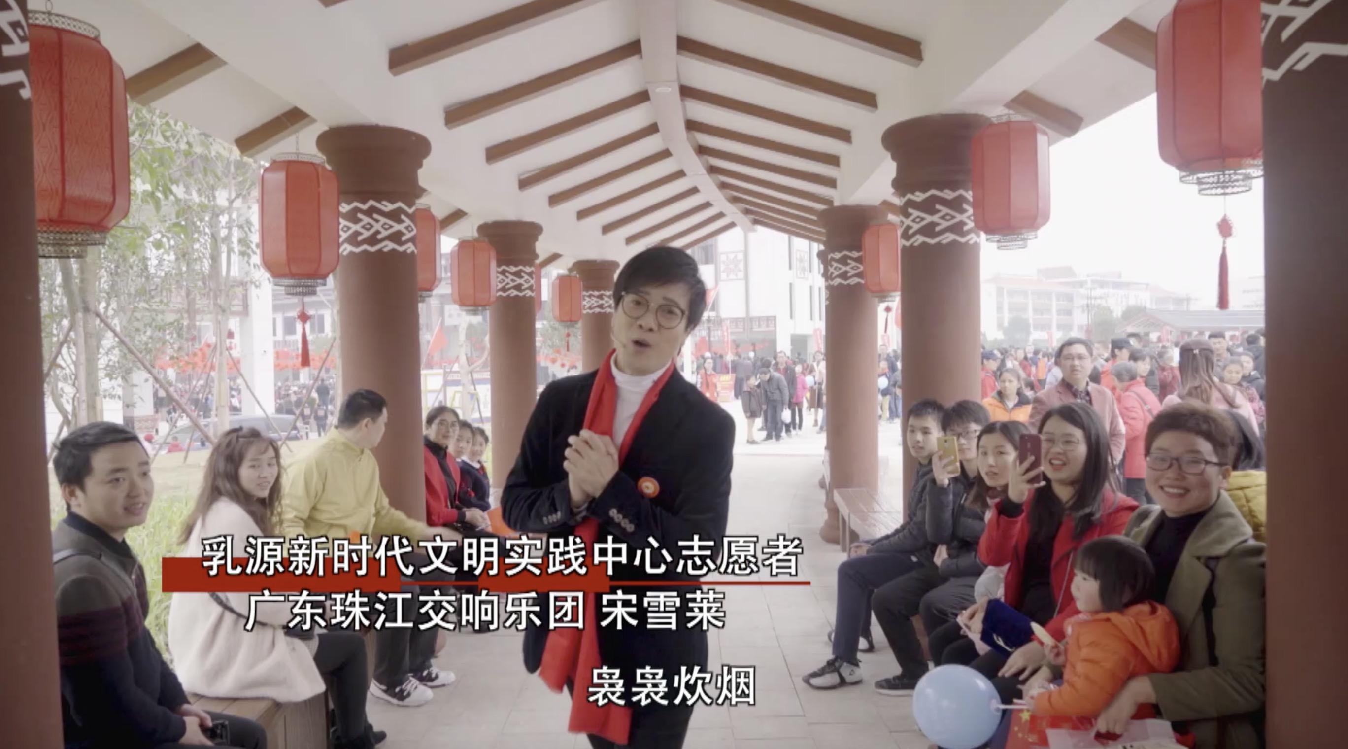 人群中,跑出来一群身穿瑶族传统衣饰的孩子,他们欢乐地跳起瑶乡舞蹈,舞姿轻盈,四周大众也被孩子们所沾染,纷纷上前围观、摄影,参加独唱,现场一片喜庆热闹。