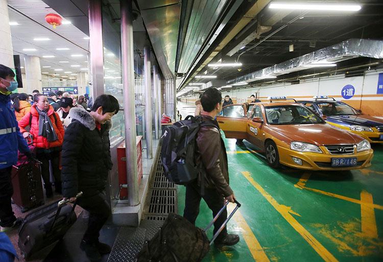 北京西站,搭客排队乘坐出租车。