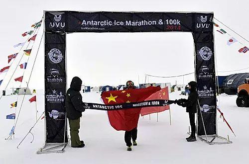 2014年,中国极限马拉松运动员陈盆滨在南极100公里极限马拉松赛中率先冲过终点。(新华社发)