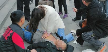 男子在长春站北广场突然倒地不起心肺复苏、人工呼吸 众人奋力施救