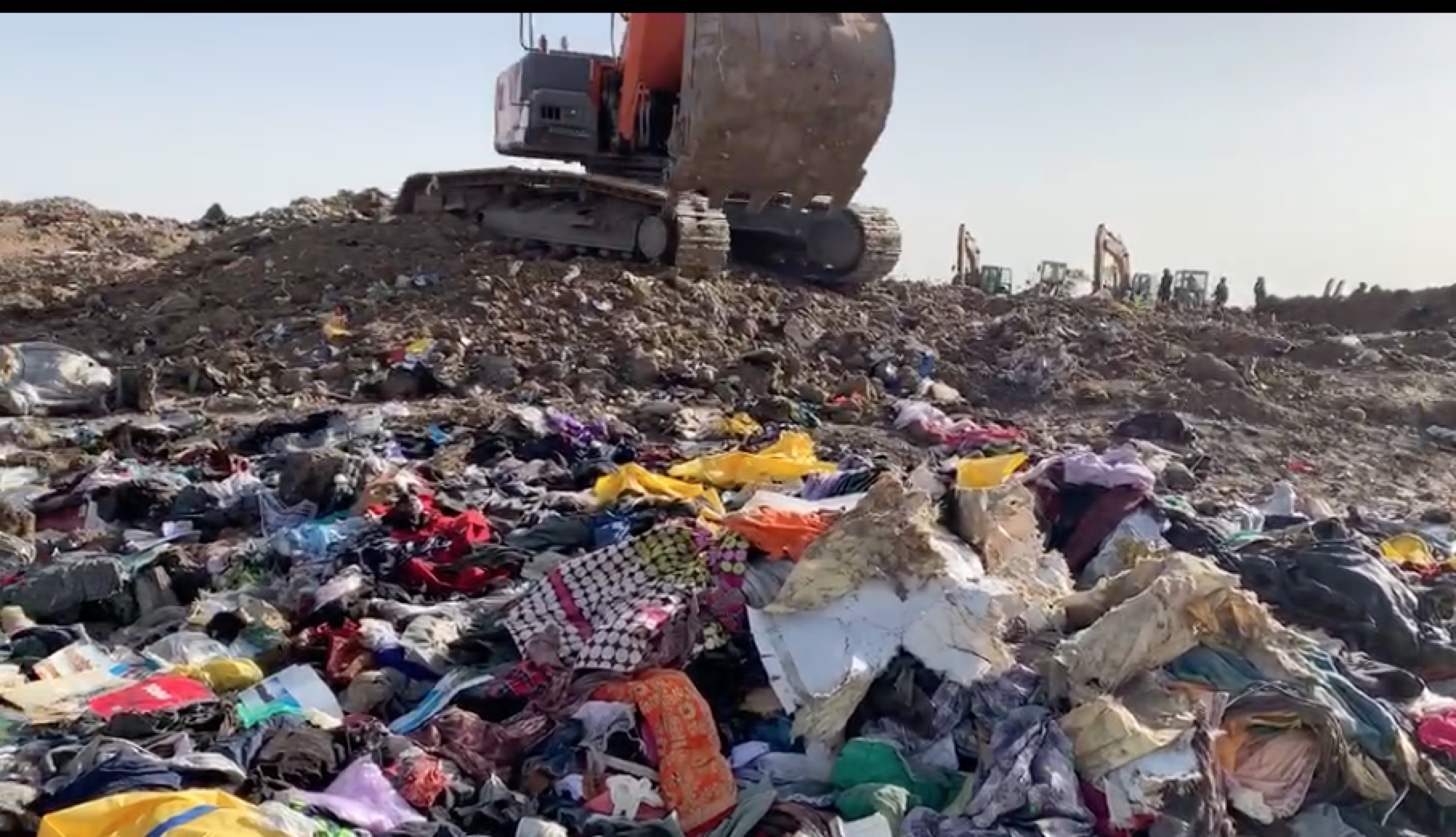 埃塞俄比亚空难现场曝光:中国遇难者家属搜寻遗物