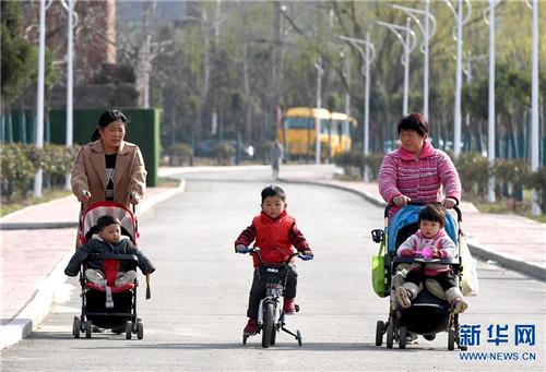 3月12日,市民在河南省平顶山市由采煤塌陷区修复改造的白鹭洲国家城市湿地公园内游玩。