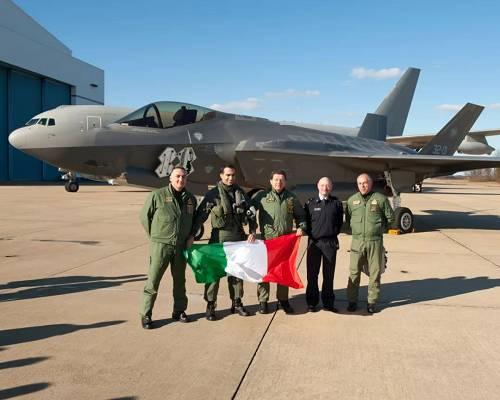 意大利空军飞行员与F-35隐身战机合影。