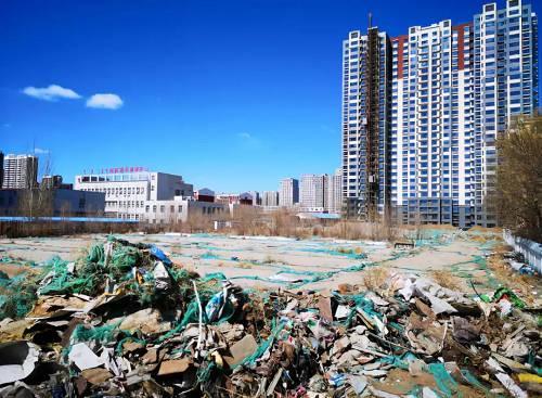 原计划建设回迁安置房1号楼的位置处于荒置状态。