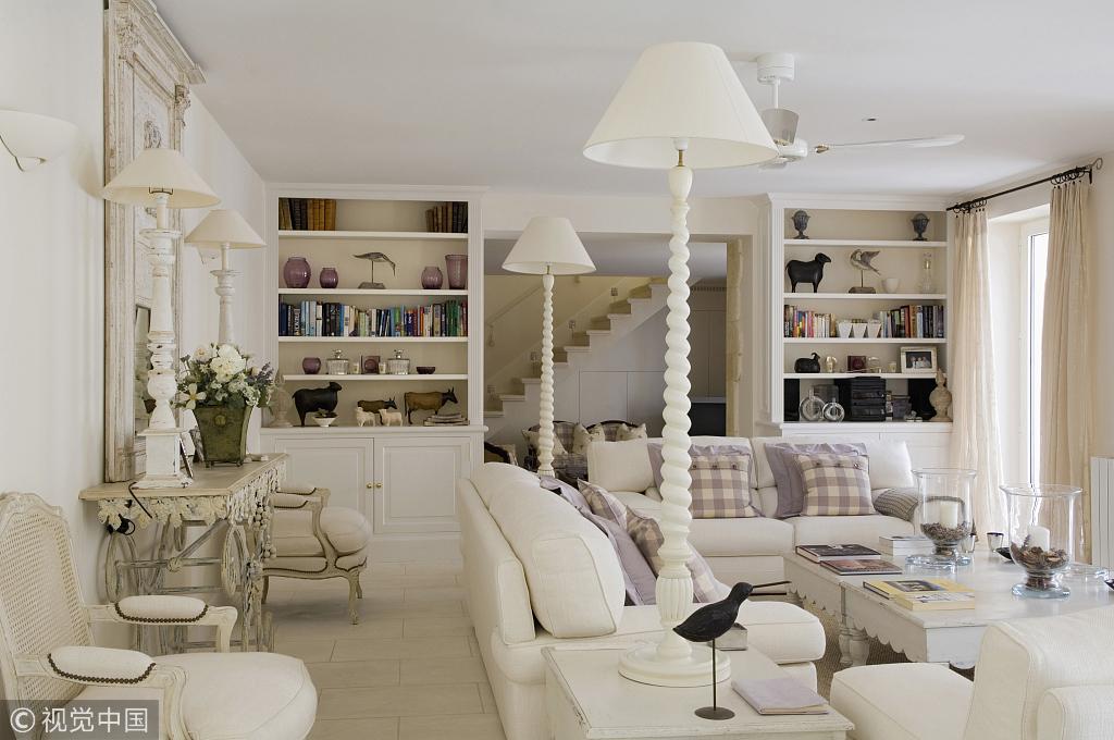 敞亮的环境中,在沙发上放上几个格子抱枕,在室外的桌面上铺上一块格子图片
