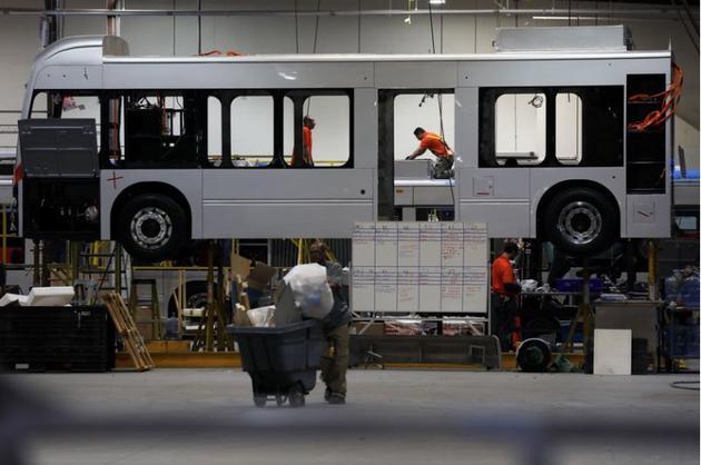 比亚迪添州工厂内正在生产电动巴士的员工