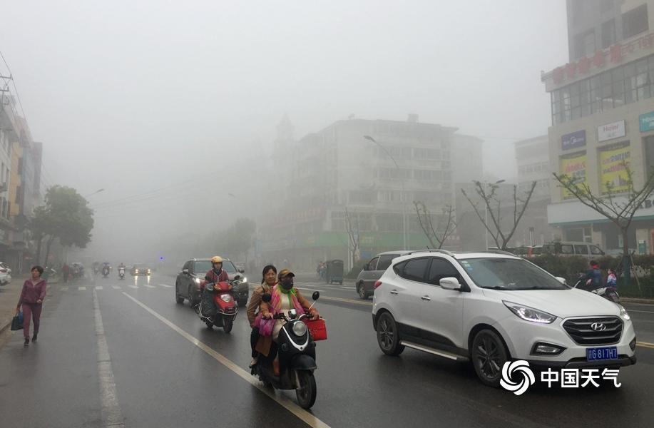 江西各地大雾弥漫 局地能见度不足200米