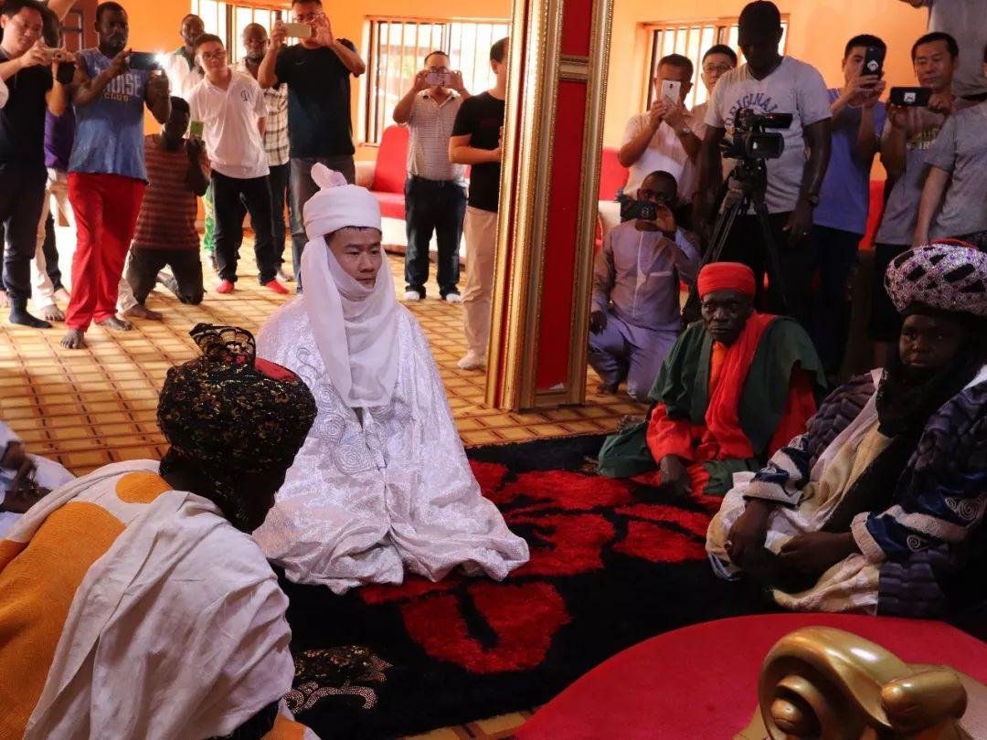 孔涛在酋长授封仪式上。受访者供图