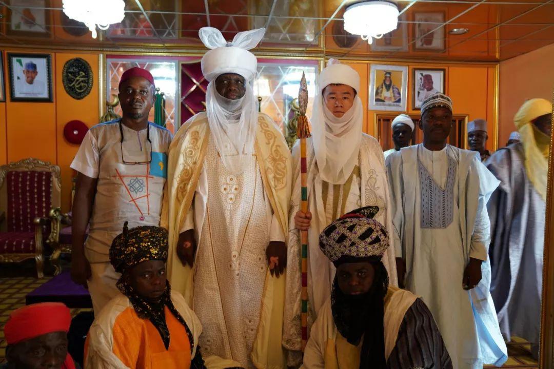 孔涛在授封酋长后和其他酋长的合影。受访者供图