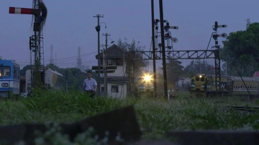 孔涛和修建的窄轨铁路的合影。受访者供图