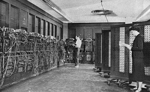 虽然在这个电路中,电子元器件挺少,计算能力很弱,但它开机的那晚,整栋大楼的灯光都瞬间变暗,耗能恐怖。一年后,灯泡大小而易损的电子管迎来颠覆者,晶体管诞生,电子元器件开始微型化。