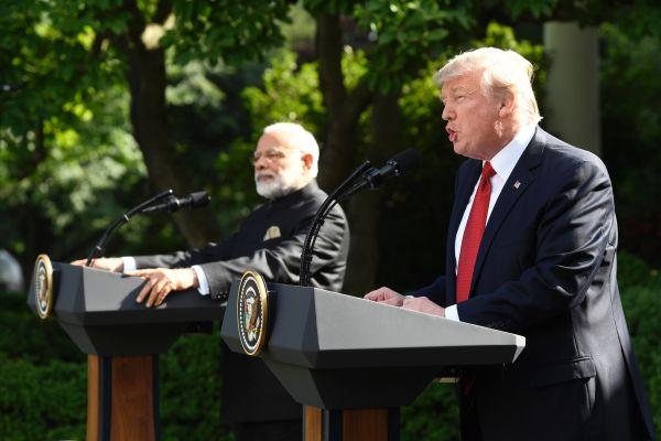 原料图片:2017年6月26日,在美国华盛顿白宫,美国总统特朗普(右)和到访的印度总理莫迪在白宫举走会晤。特朗普敦促印度当局放松对美贸易限定。(新华社/法新)