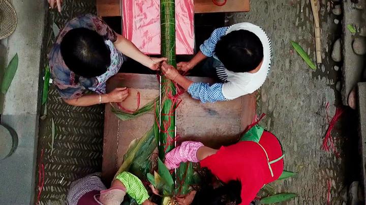 40众人。,用6000众张箬叶,损耗12幼时,甄选100众公斤的糯米,制作长达20.18米长粽。