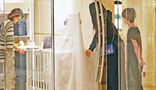 隔天立刻帮姐姐收豪礼△,看姐姐穿着新娘囍服厚重∵,还贴心的在一旁扇扇子△!