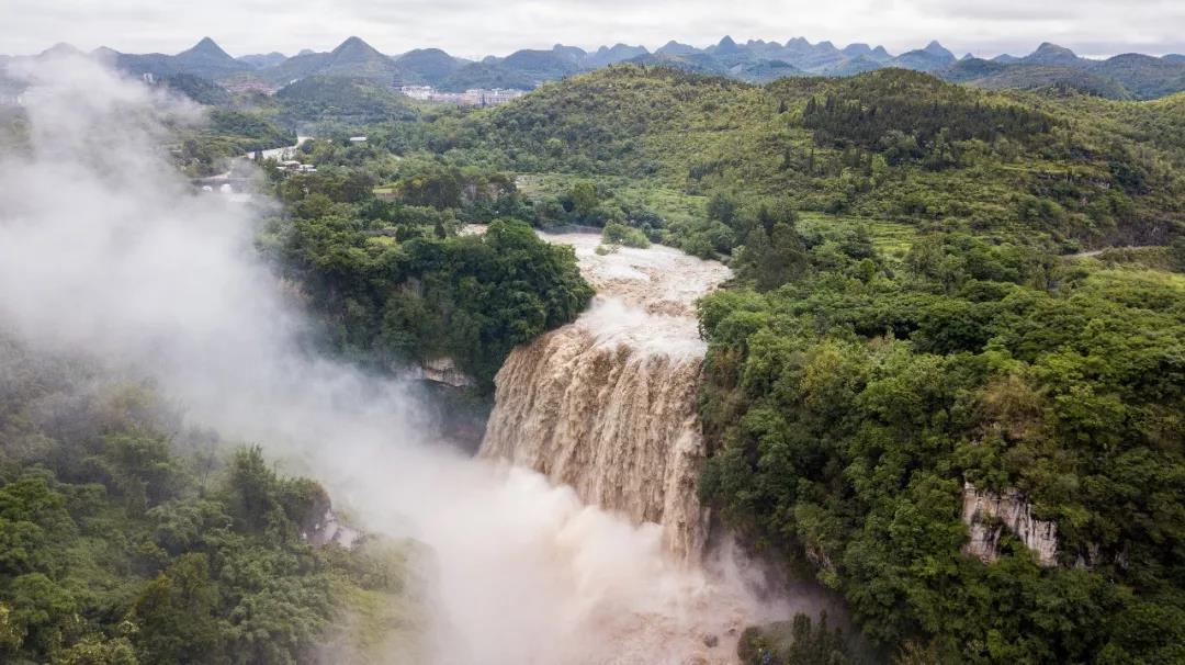 安顺市黄果树大瀑布景区发出公告,受强降雨影响,片面景区将实走关闭,前去游览的旅客答仔细景区发布的报告,坦然游览。