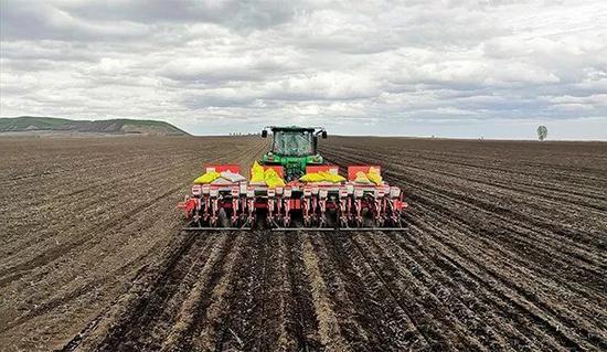 5月16日,黑龙江垦区五大连池农场农户正在抢播大豆 陆文祥摄