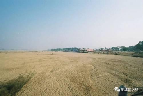 干旱发生时哈尔邦的某河流河床暴露(图片来自wikipedia@Hyougushi)