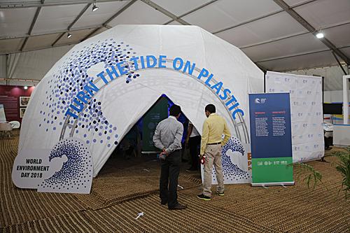 两名男子在印度首都新德里参观世界环境日主题宣传展(新华社)