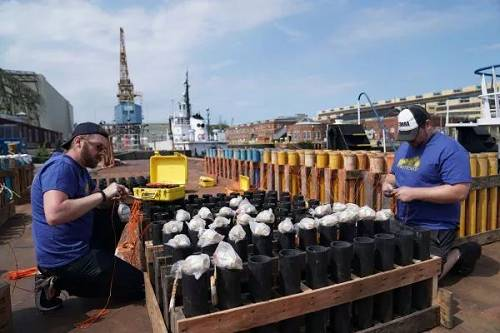 5月25日,做事人。员在。美国宾夕法尼亚州费城一处码头安置产自中国湖南浏阳的烟花,为当晚美国牺牲将士祝贺日的烟花外演做准备。(新华社记者 刘杰 摄)