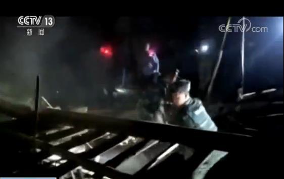 在双河镇中学临时安置点,现场余震不断,武警宜宾支队官兵一方面在临时安置点搭建帐篷,妥善安置群众,另一方面携带专业救援工具连夜开展搜救排险工作,防止余震造成二次伤害。到今天凌晨,武警官兵和当地公安、消防等部门共在双河镇救出被埋群众13人,并将受伤群众、老人和孩子优先安置在临时搭建的帐篷里。凌晨4点,武警泸州支队官兵经过4个小时的驰援,也到达长宁县双河镇中学临时安置点,第一时间派出军医医治受伤群众。