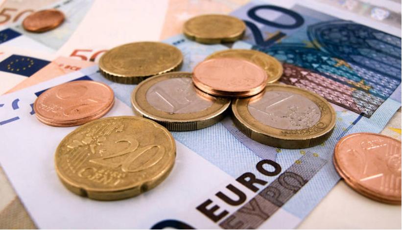 """消息指出,欧洲稳定机制(ESM)最近发行了20亿欧元的10年期债券,亚洲投资者占比达33%,而在去年ESM发行的欧元计价债券中,亚洲买家占比仅为4-5%,""""亚洲认购需求创下纪录水准要归功于中国""""。有分析指出,亚洲投资者这种分散投资的方法,不仅能保证目前资产不变,同时还能获得一些额外的收益。"""