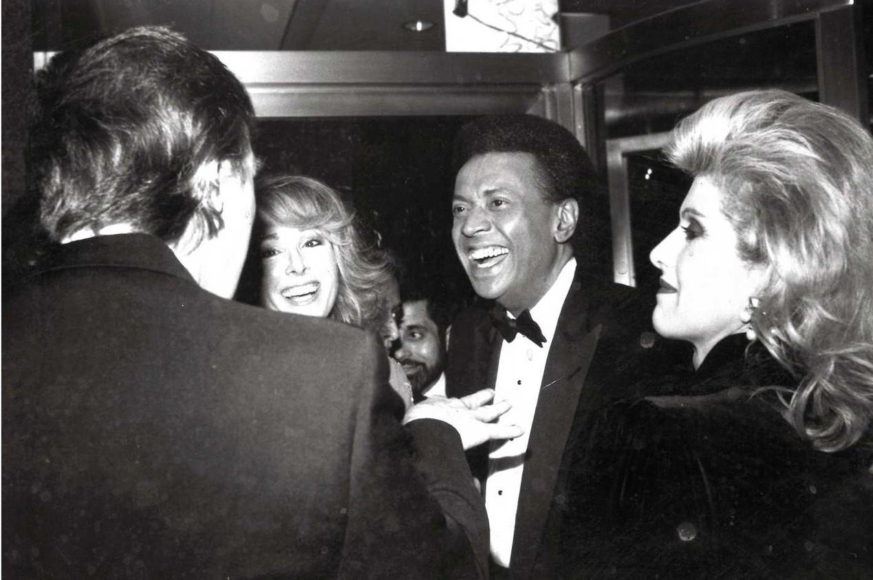 1987年,特朗普夫妇、卡罗尔以及她当时的丈夫约翰・约翰逊(John Johnson)在NBC电视台的派对上的照片。图片