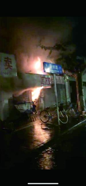 夜归途中遇见火灾    一声吼救了十几个梦中人