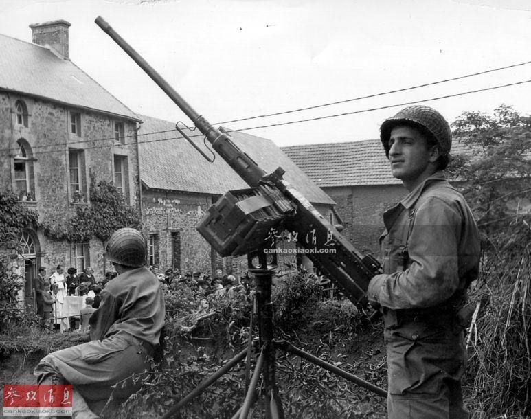 1944年9月,法国诺曼底地区,一名美军士兵架起M2重机枪执行警戒任务。