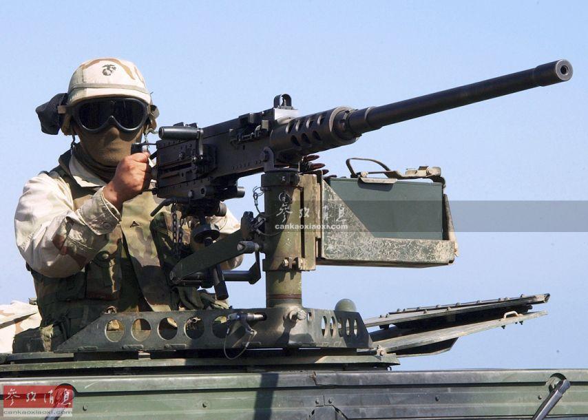其改进型M2HB目前仍是美军的主力装备之一,车载型M2HB重机枪采用弹链式供弹系统,最大射程2500米,最大射速每分580发,使用穿甲弹药时,可击穿594米外18毫米厚的表面硬化钢材,可有效压制除坦克以外的大部分陆战兵器,或用于防空作战。图为美军士兵架起车载M2HB重机枪警戒。