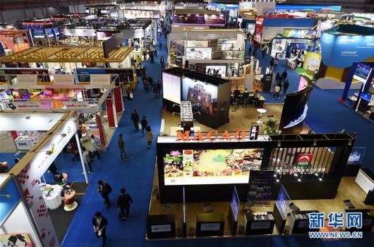 参观者在上海举行的首届中国国际进口博览会服务贸易展区参观(2018年11月10日摄)。新华社记者 韩瑜庆 摄
