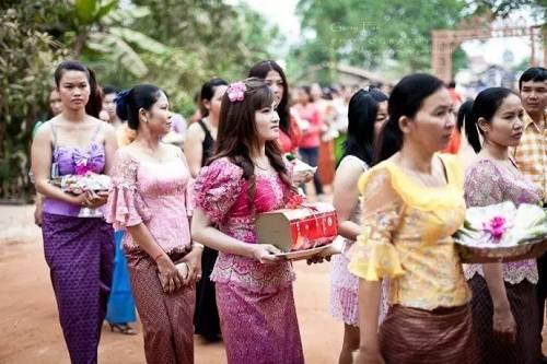 有趣的是,不但少女抽烟非常流行,柬埔寨僧人抽烟,也非常惊人。